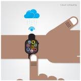 Smartwatch sulla mano dell'uomo d'affari ed il collegamento di Internet firmano Fotografia Stock Libera da Diritti