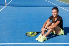 Smartwatch vestindo dos esportes da mulher do jogador de tênis fotos de stock royalty free
