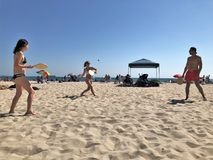 SmashBall am Strand stockfotos