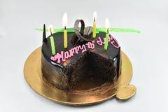Smaskig chokladfödelsedagkaka, lycklig födelsedag, tid att fira som isoleras på vit bakgrund Royaltyfri Bild