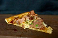 Smaskig köttpizzaskiva Royaltyfri Foto