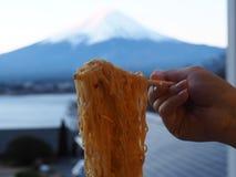 Smaskig nudel med Mt Fuji san sikt Royaltyfria Bilder