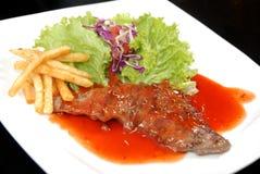 Smaskig stek med sås Royaltyfri Bild