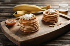 Smaskiga bananpannkakor ombord Royaltyfri Fotografi