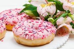 Smaskiga donuts med b?r p? den vita tr?bakgrunden S?t mat close upp arkivfoton