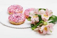 Smaskiga donuts med b?r p? den vita tr?bakgrunden S?t mat close upp royaltyfri fotografi