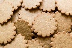 Smaskiga ljust rödbrun kakor, traditionell julfest Pepparkakabakgrund arkivbild