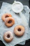 Smaskiga och hemlagade hemlagade donuts som är klara att äta Royaltyfria Bilder