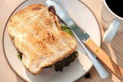 Smaskigt nötkött och den ost grillade smörgåsen på rundakrämfärg plat Arkivfoton