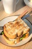 Smaskigt nötkött och den ost grillade smörgåsen på rundakrämfärg plat Royaltyfria Bilder