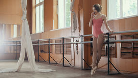 Smatphone d'utilisation de ballerine de fille dans une salle de danse image libre de droits