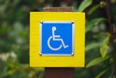 Símbolo azul inhabilitado muestra de la desventaja de la silla de ruedas Fotos de archivo libres de regalías
