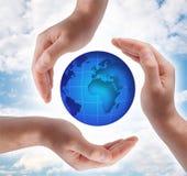 Símbolo conceptual de la seguridad hecho de las manos Imagen de archivo libre de regalías