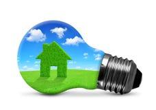 Símbolo da casa verde no bulbo Fotografia de Stock