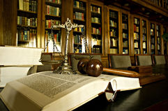 Símbolo de la justicia en la biblioteca Fotos de archivo