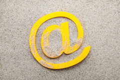 Símbolo del correo electrónico en la arena Imagen de archivo
