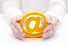 Símbolo del correo electrónico protegido por las manos Imagen de archivo