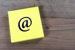 Símbolo del email en nota de post-it Imagen de archivo libre de regalías