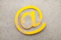 Símbolo do email na areia Imagem de Stock