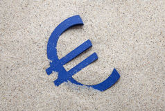 Símbolo do Euro na areia Fotos de Stock Royalty Free