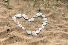 Símbolo en forma de corazón hecho de pequeñas piedras Fotografía de archivo libre de regalías