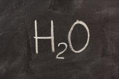 Símbolo químico del agua en la pizarra Foto de archivo