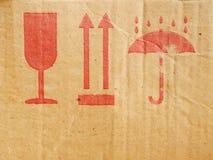 Símbolos del embalaje en la caja Imágenes de archivo libres de regalías