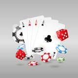 Símbolos del juego y del casino - fichas de póker, naipes Imagenes de archivo