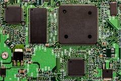Smd skrivev ut brädet för den elektroniska strömkretsen med mikrokontrollanten Arkivfoton