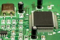 Smd skrivev ut brädet för den elektroniska strömkretsen med mikrokontrollanten Fotografering för Bildbyråer