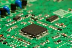 Smd skrivev ut brädet för den elektroniska strömkretsen med mikrokontrollanten och delar Arkivfoto