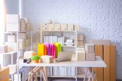 SME,商店为准备产品被送到顾客 免版税库存图片