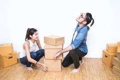 SME, freelance kobieta lub azjatykci mężczyzna pracuje z pudełkiem i Zdjęcie Royalty Free