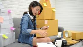 SME frilansar den asiatiska kvinnan har ett van vid lager att överföra till kunden SME-entreprenörbegrepp lager videofilmer