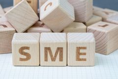 SME, kleines und mittleres Unternehmen Konzept, Würfel hölzernes blo stockbild