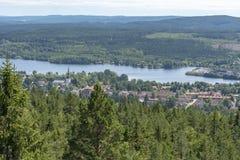 Smedjebacken por el lago Barken en Suecia fotos de archivo
