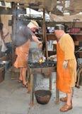 Smeed artisans bij Middeleeuwse Markt Stock Afbeelding