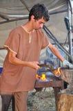 Smeed artisans bij Middeleeuwse Markt royalty-vrije stock foto's