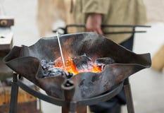 Smeed hoorn met het branden van steenkolen in een eigengemaakte komvoorbereiding Stock Afbeeldingen