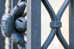 Smeedijzer - een decoratiedeel van een omheining Royalty-vrije Stock Foto's