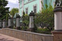 Smeedijzeromheining met kolommen, decoratieve staalfabriek royalty-vrije stock foto's
