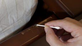 Smeer een kras op houten meubilair De timmerman herstelt van poetsmiddel stock videobeelden