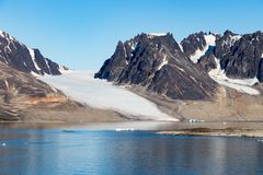 Smeerenburg海湾和冰川在卑尔根群岛海岛,斯瓦尔巴特群岛,挪威 免版税库存图片