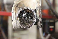 Smeermiddel in de knie van een industriële robot royalty-vrije stock foto