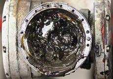Smeermiddel in de knie van een industriële robot stock afbeeldingen
