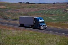 Smei-caminhão azul de Volvo/reboque não marcado branco fotografia de stock