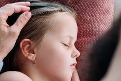 Smekning för barnuppfostranlivsstilfarsa som sover dottern royaltyfria foton