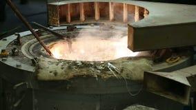 Smelten van metaal en het gieten winkel bij de metallurgische installatie stock footage