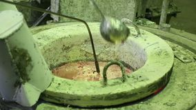 Smelten van metaal en het gieten winkel bij de metallurgische installatie stock videobeelden