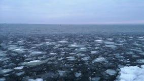 Smeltend ijs op de grote uitgestrektheid Grote brokken van ijs, zoals glas, strijd tegen elkaar Het concept de voltooiing van win stock footage